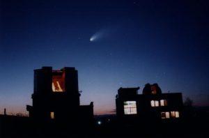 Kometa nad hvězdárnou v Rimavskej Sobote. Foto: Pavol Rapavý.