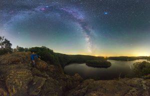 Vyhlížení Mléčné dráhy nad Sečskou přehradou. Foto: Petr Horálek.
