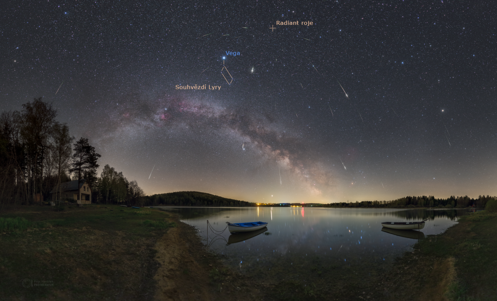 Maximum meteorického roje Lyridy v roce 2020 nad Sečskou přehradou s vyznačeným souhvězdím Lyry, hvězdou Vega a radiantem roje. Foto: Petr Horálek.