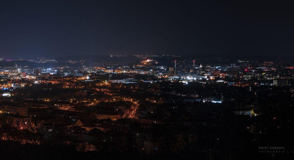 Porovnání: Brno před vypnutím osvětlení (vlevo) a při vypnutém městském osvětlení (vpravo). Foto: Pavel Gabzdyl, HaP Brno.
