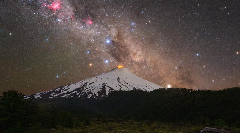 Sopka a Jižní kříž. Snímek byl publikován 25. ledna 2021 jako Astronomický snímek dne NASA. Foto: Tomáš Slovisnký.