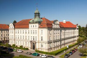 Budova Fyzikálního ústavu vOpavě na Bezručově ul. 13. Kopule observatoře WHOO! je vpravo nahoře na střeše. Zdroj: Fyzikální ústav vOpavě.
