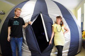 Tomáš Slovinský a Viktória Zemančíková pozývajú na Astro Show do ich prenosného planetária. Foto: archív T. Slovinský