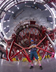 T. Slovinský pred obrím teleskopom, 10,4 m teleskop Gran Telescopio Canarias, La Palma, Kanárske ostrovy. Foto: archív T. Slovinský