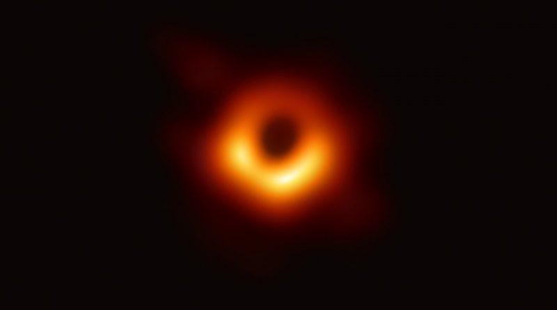 Slavný snímek stínu černé díry v galaxii M87. Fyzikové v Opavy se zabývají i toutou známou černou dírou. Foto: EHT Collaboration, ESO.