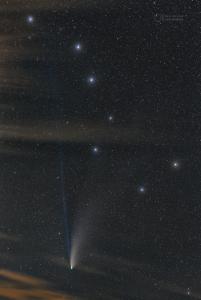 """Astronomický snímek dne NASA 31. července 2021 s názvem """"Vzpomínka na NEOWISE"""". Foto: Petr Horálek (FÚ SU v Opavě)."""