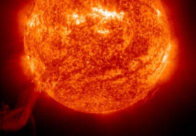 Slunce a sluneční protuberance. Foto: SOHO, NASA/ESA.